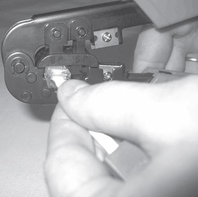 Монтаж коннекторов RJ-45 119 Рис.9.6 Рис.9.7 Обжимаем коннектор с помощью специального Надеваем колпачок инструмента...