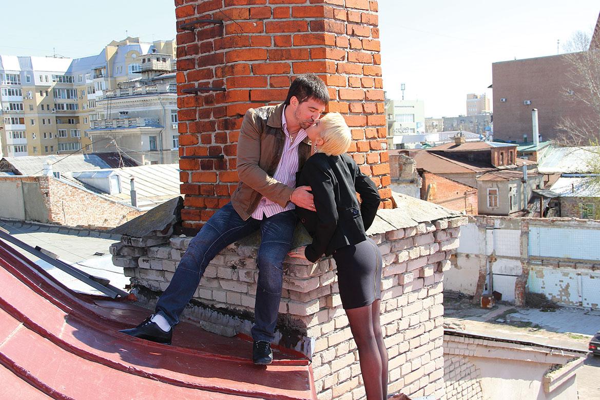 Фото парень заставляют целовать девушке ноги 3 фотография