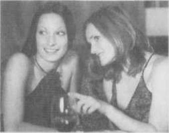 Слева за столиком вы замечаете двух молоденьких девушек, которые