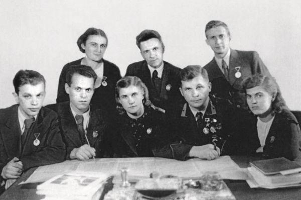 Сидят (слева направо): В.М.