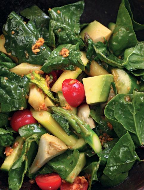 Салат из спаржи, шампиньонов, артишоков и рукколы