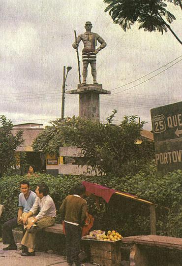 Скульптура 'крашеного' индейца в Санто-Доминго-де-лос-Колорадос.
