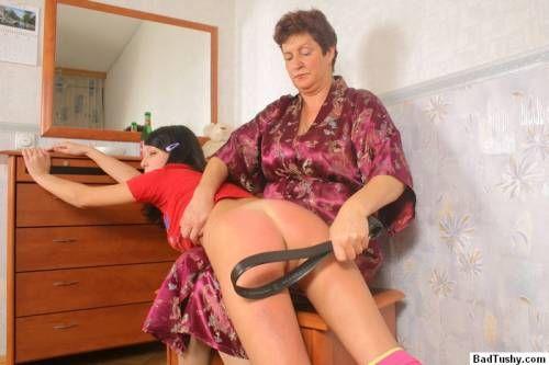 Надзирательница с удовольствием женскую жопу порет розгами — pic 6
